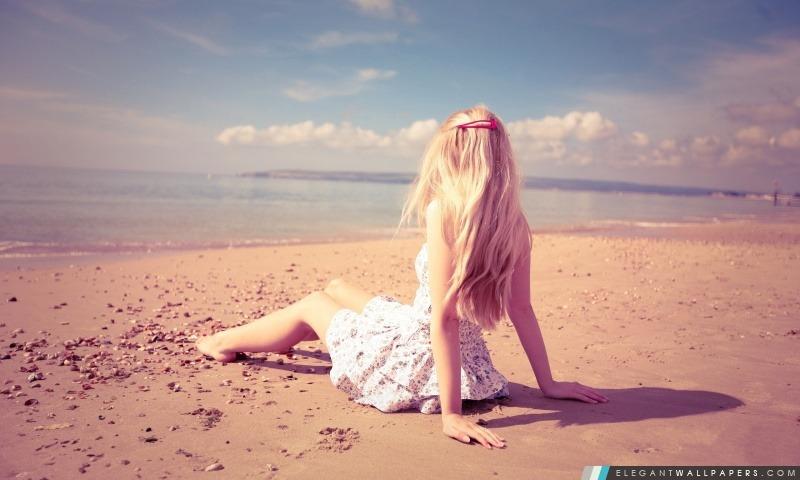 Fille blonde sur la plage. Fond d'écran HD à télécharger | Elegant Wallpapers